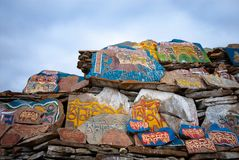 Стена камней Mani тибетского буддизма стоковая фотография rf