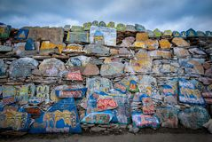 Стена камней Mani тибетского буддизма стоковые фотографии rf