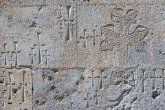 Стена камня туфа высекла с взаимным Khachkars Стоковая Фотография RF