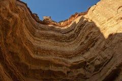 Стена каньона осмотренная снизу в формате дуги с деталью меток размывания воды Namibe anisette вышесказанного стоковая фотография rf