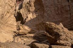 Стена каньона с деталью меток размывания воды Namibe anisette вышесказанного стоковые изображения rf