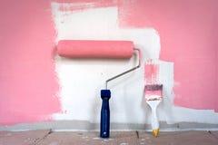 Стена картины руки с роликом краски Стоковые Изображения