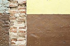 стена кирпича старая сорванная Стоковое Фото