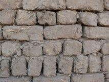 Стена кирпичей грязи и соломы Стоковая Фотография