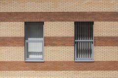 Стена кирпичного здания и окна стоковое изображение
