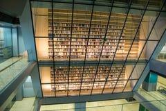 Стена книги в библиотеке Стоковые Изображения