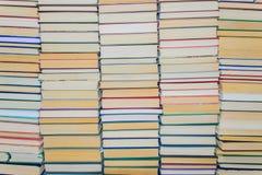 Стена книг на полках библиотеки Стоковая Фотография