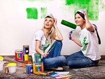 Стена краски женщины дома. Стоковое фото RF