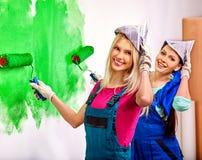 Стена краски женщины дома Стоковые Фотографии RF