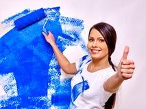 Стена краски женщины дома Стоковые Фото