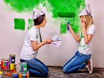 Стена краски женщины дома Стоковое Изображение