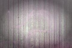 Стена металлического листа Красивая предпосылка с переполнениями цвета Текстура рифлёного металла Изображение с виньеткой Стоковое фото RF
