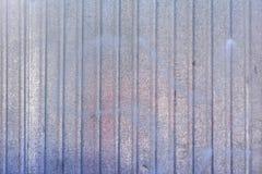 Стена металлического листа Пустая предпосылка с покрашенными голубыми переполнениями Текстура рифлёного металла Стоковые Изображения RF