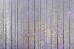 Стена металлического листа Пустая предпосылка с покрашенными переполнениями сирени Текстура рифлёного металла Стоковая Фотография RF