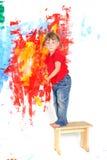 Стена молодой счастливой девушки ребенка крася белая Стоковые Изображения RF