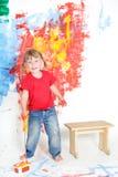 Стена молодой счастливой девушки ребенка крася белая Стоковая Фотография