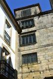 Стена монастыря с решетками утюга на окнах Улица близко к квадрату и собору Quintana compostela de santiago Испания стоковое изображение