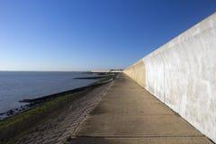 Стена моря на острове Canvey, Essex, Англии Стоковая Фотография RF