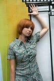 стена надписи на стенах девушки близкая стоящая Стоковые Изображения RF
