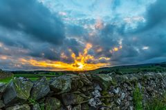 Стена на заходе солнца в участках земли Йоркшира стоковая фотография