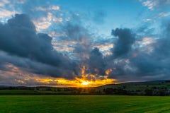 Стена на заходе солнца в участках земли Йоркшира стоковая фотография rf