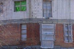 Стена незаконченного дома серых и коричневых кирпичей стоковые фото