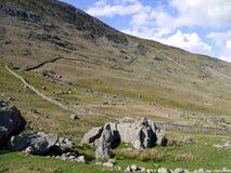 Стена обматывая вверх по горному склону стоковая фотография rf