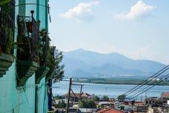 Стена дома с балконами и видами на город Стоковое фото RF