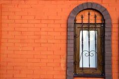 Стена оранжевого окна кирпича и года сбора винограда Стоковое Изображение RF