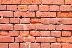 Стена от старого откалыванного красного кирпича Стоковая Фотография