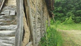 Стена от старой и получившейся отказ хижины в горе стоковая фотография rf