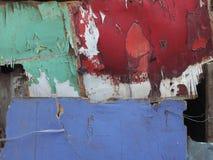 Стена переклейки, старые зеленый цвет краски, бургундский, сирень и белый цвет выходит слои и корки, яркая палитра цветов Стоковые Изображения RF