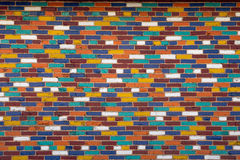 Стена пестротканых кирпичей стоковая фотография