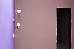 Стена покрашенная в ярких светах сирени и стены Стоковая Фотография