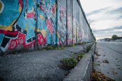 Стена покрашенная с граффити на улице Стоковое Изображение RF