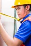 Стена построителя или работника контролируя на строительной площадке Стоковые Фотографии RF