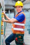 Стена построителя или работника контролируя на строительной площадке Стоковые Фото