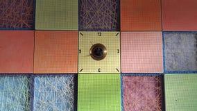стена подкраской часов красная ретро Огромные часы Стоковое фото RF