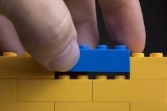 Стена предпосылки сделанная из блоков кирпича конструкции игрушки стоковые фото