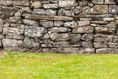 Стена предпосылки сделанная серых каменных утесов Стоковые Фотографии RF