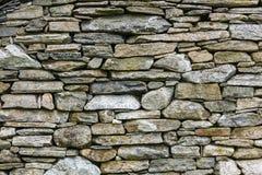 Стена предпосылки сделанная серых каменных утесов Стоковое фото RF
