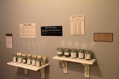 Стена при полки контейнеров, заполненные с запахами для посетителей для того чтобы угадать, музей магазина кирпича, Kennebunk, Ме Стоковое Изображение