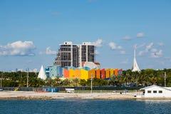 Стена прошлого башни кондо красочная в Майами Стоковые Изображения