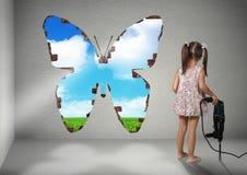 Стена пролома девушки ребенка, концепция реновации творческая Стоковое Изображение
