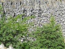 Стена расположенная на основаниях пышного дворца Wallenstein, Прага потека грота каменная, чехия стоковое фото rf