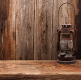 Стена ретро амбара фонарика масла лампы деревянная Стоковые Изображения RF