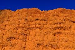 Стена самана, земли, грязи, отжатой соломы, Старая, традиционная и устойчивая конструкция Выветренный течением времени и weathe стоковая фотография