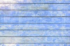 Стена сделана доск квартиры горизонтально покрашенных покрашенных с голубой краской Старый увяданный scuffed покрывать треснутый  Стоковое Фото