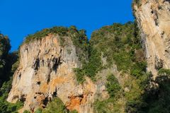 Стена скалы известковой скалы в Krabi, заливе Ao Nang, Railei и Tonsai приставают Таиланд к берегу Стоковое Изображение RF