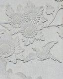 Стена скульптуры птицы и солнцецвета Стоковое Фото